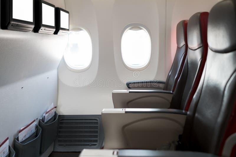 Asientos vacíos del aeroplano del pasajero en cabina Interior en airp moderno fotos de archivo libres de regalías