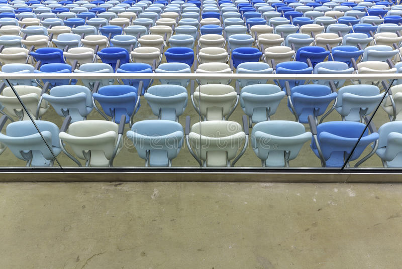 Asientos vacíos del color en el estadio de fútbol de Maracana foto de archivo