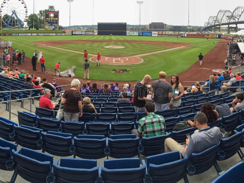 Asientos y fans en un parque del béisbol foto de archivo libre de regalías