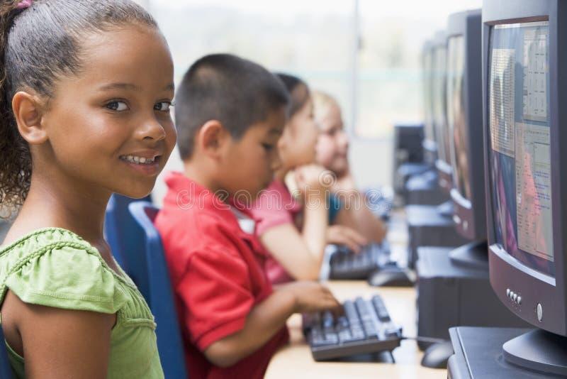 asilo dei calcolatori dei bambini che impara usare fotografie stock