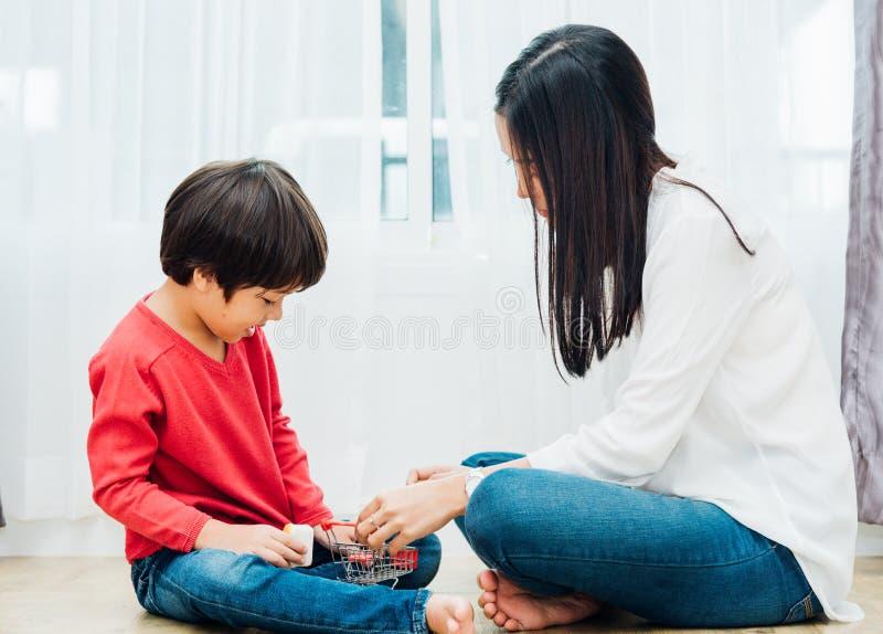 Asilo del ragazzo del bambino del bambino che gioca giocattolo con la bella madre immagini stock libere da diritti