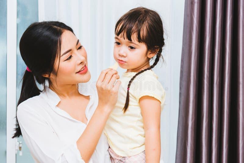 Asilo della ragazza del bambino del bambino e bella madre fotografia stock