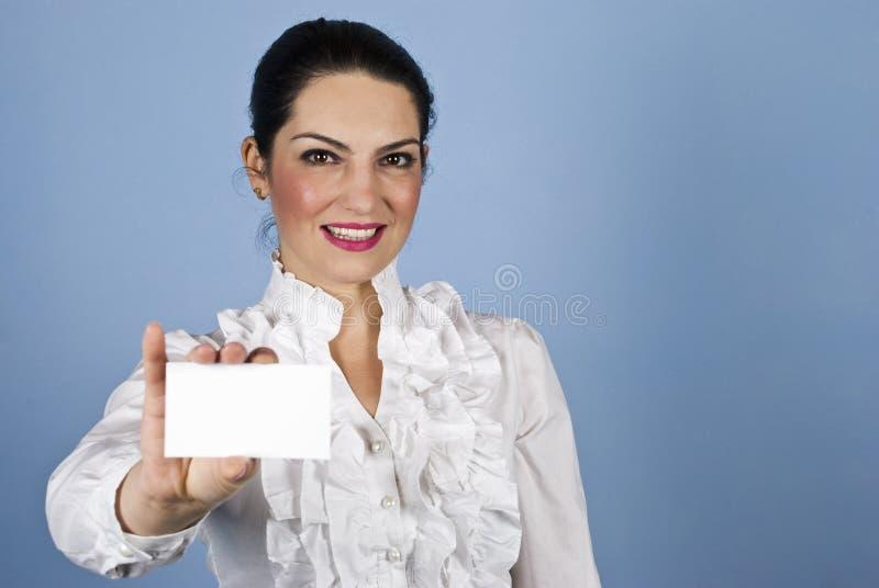 Asimiento de la mujer una tarjeta de visita imagen de archivo