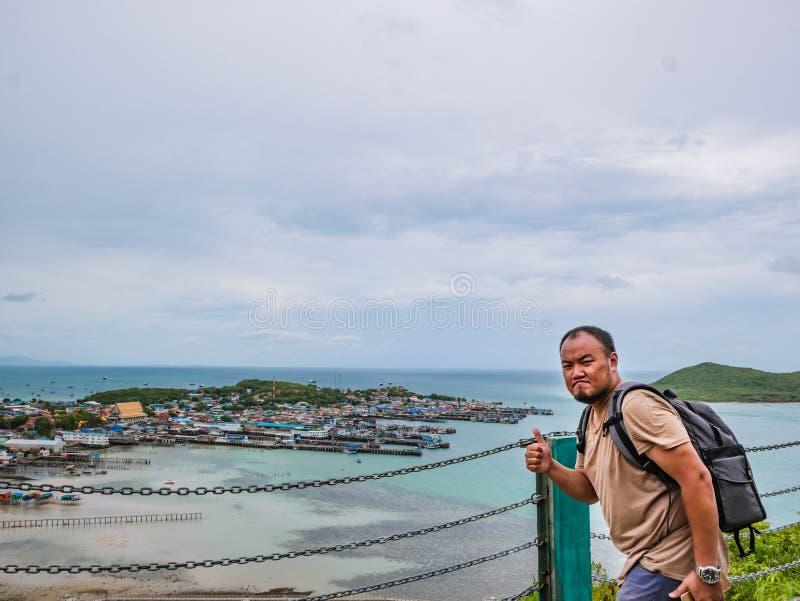 Asisn Backpacker Gruby stojak na górze Khao Ma Jor mola zdjęcie royalty free