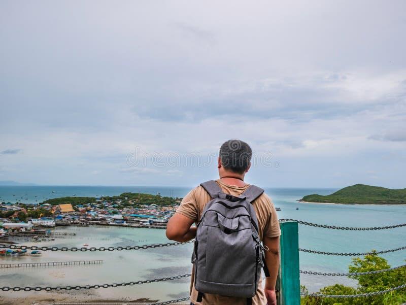 Asisn Backpacker Gruby stojak na górze Khao Ma Jor mola obrazy royalty free