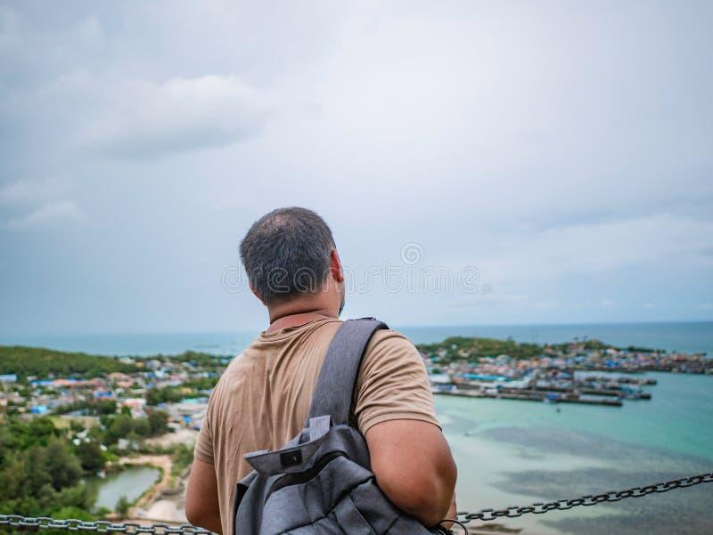 Asisn Backpacker Gruby stojak na górze Khao Ma Jor mola zdjęcia royalty free