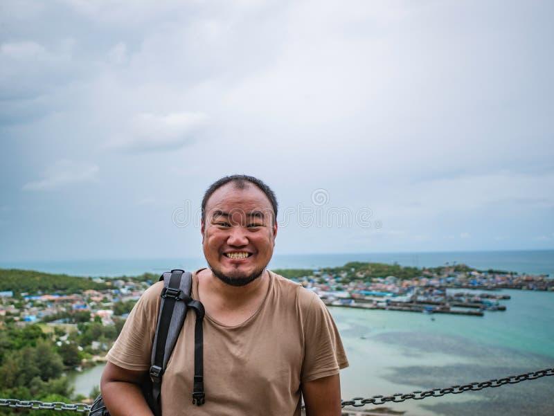 Asisn Backpacker Gruby stojak na górze Khao Ma Jor mola obraz royalty free
