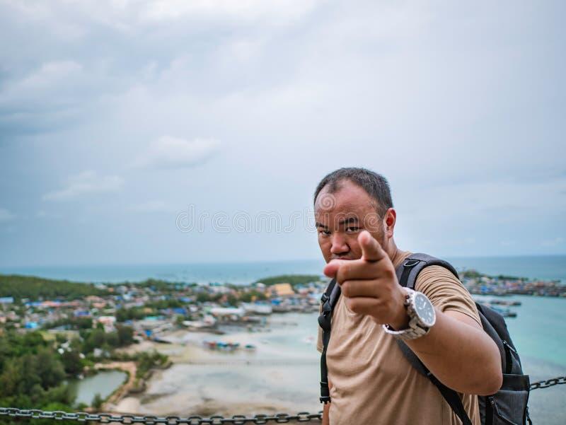 Asisn Backpacker Gruby stojak na górze Khao Ma Jor mola fotografia stock