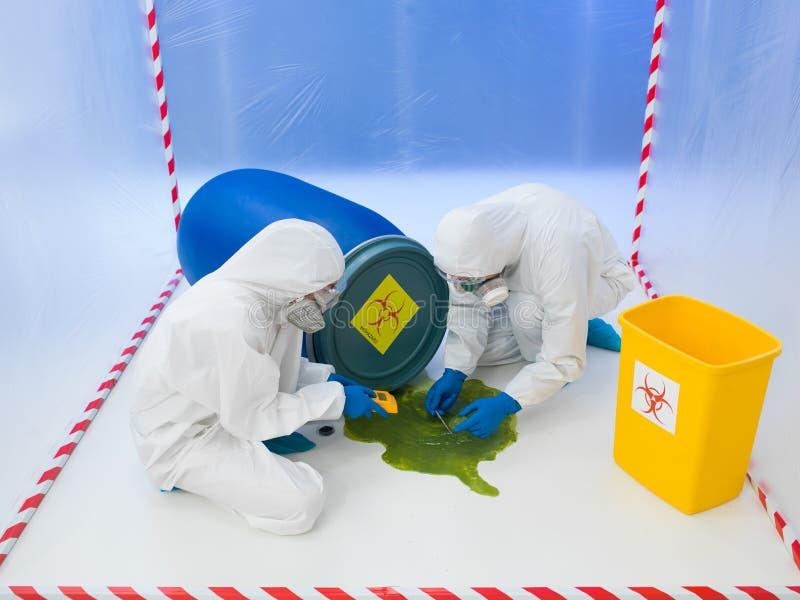 Asistencia a un derramamiento químico del biohazard imágenes de archivo libres de regalías