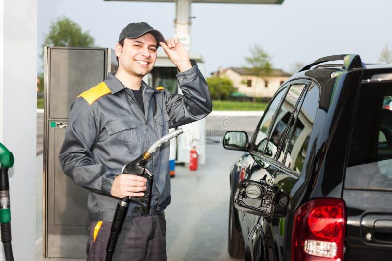 Asistente de gasolinera en el trabajo fotos de archivo