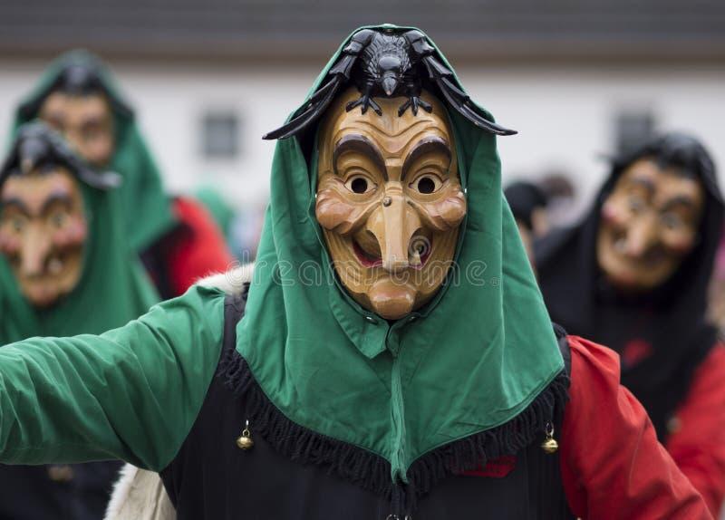 Asistente del carnaval en una máscara de madera tallada fotografía de archivo libre de regalías