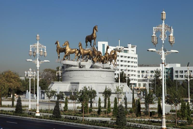 Asjabad, Turkmenistán - octubre, 15 2014: Compositio escultural fotos de archivo