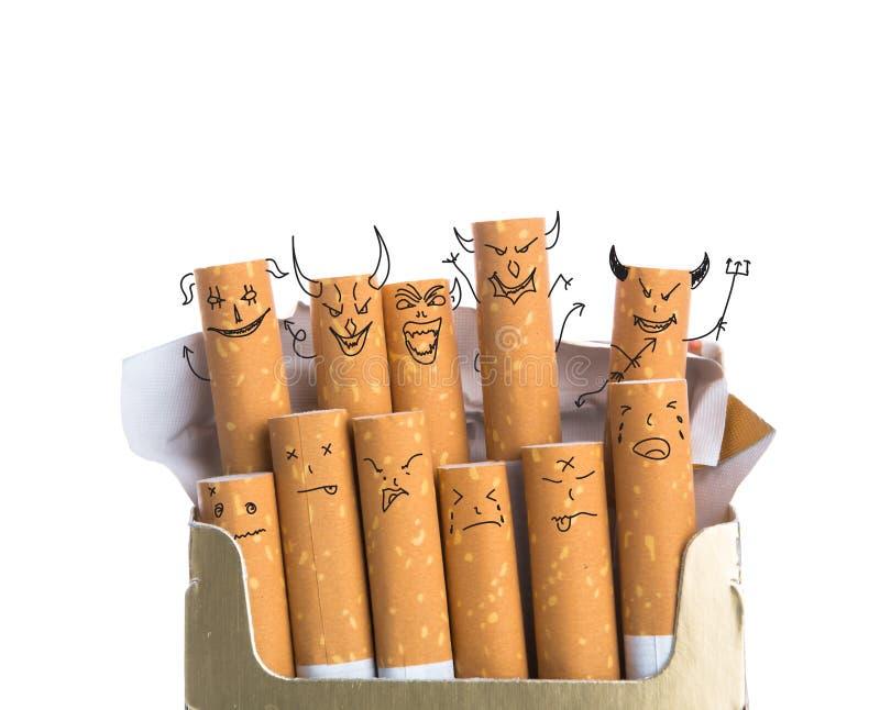 Ask av cigaretter med den isolerade jäkelframsidan arkivfoto
