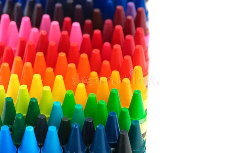 Ask av färgpennor i en regnbåge av färger royaltyfri foto