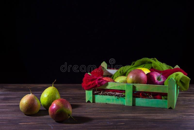 Ask av frukter med lösa päron som isoleras på trätabellen royaltyfri fotografi
