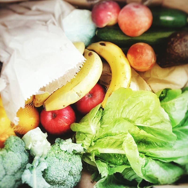 Ask av nya frukt och grönsaker arkivfoton