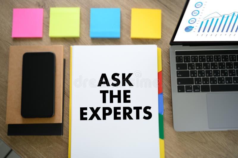 ASK THE EXPERTS man touch bar search und Two Businessman arbeitet am Büroschreibtisch und benutzt ein digitales Touchscreen Table lizenzfreies stockbild