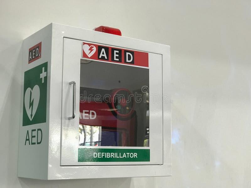 Ask för AED- & CPR-räddningsaktionsatser royaltyfria foton