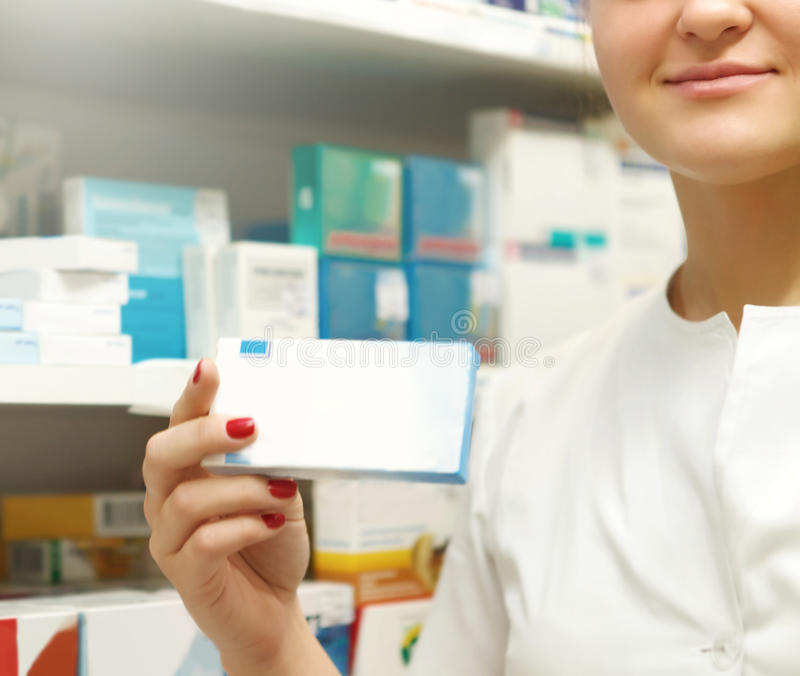 Ask för apotekarevisningmedicin på apotekräknaren royaltyfri bild