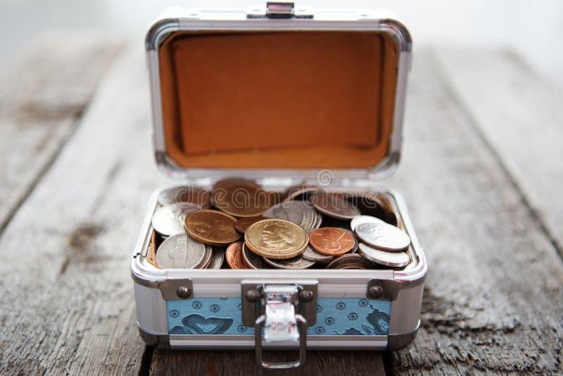 Ask för besparingar mycket av mynt royaltyfri foto