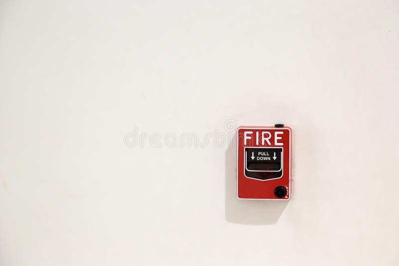ask för brandlarm på cementväggen för varna och säkerhetssystem i andelslägenhetstället royaltyfri bild