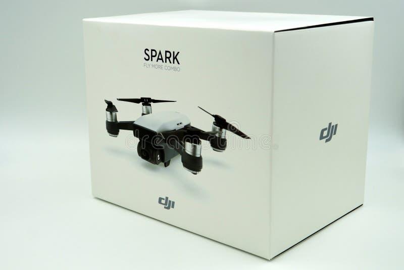 Ask för detaljhandel för surr för DJI-gnistaquadcopter royaltyfria foton