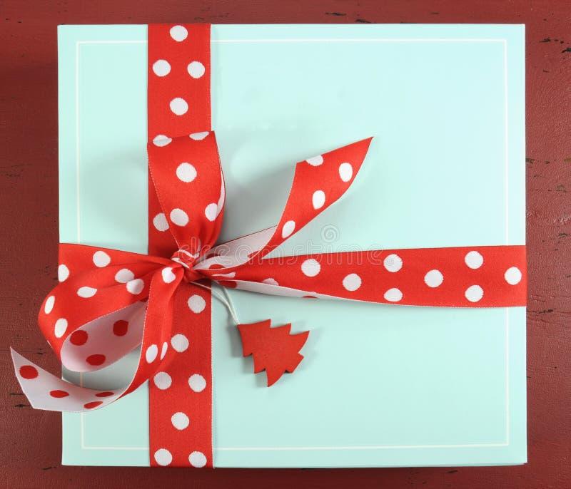 Ask för gåva för blått för aqua för lycklig jul för ferier festlig över huvudet blek - fotografering för bildbyråer