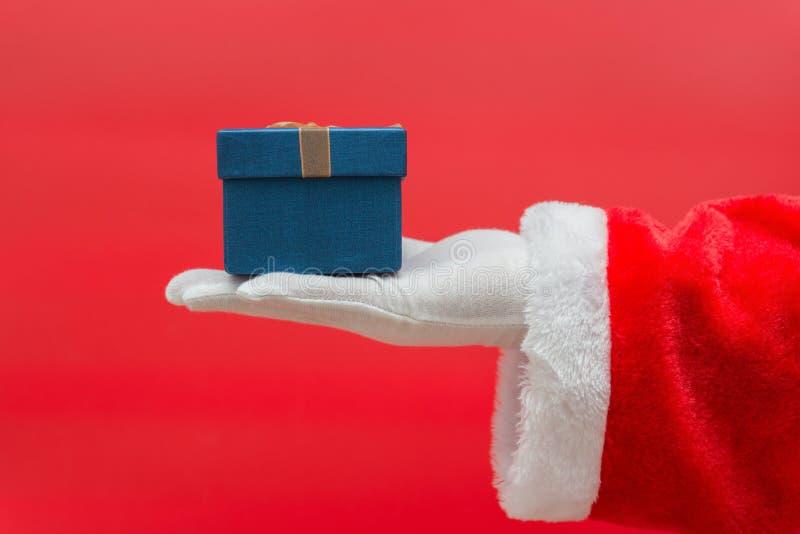 Ask för gåva för jul för Santa Claus hand hållande arkivbilder