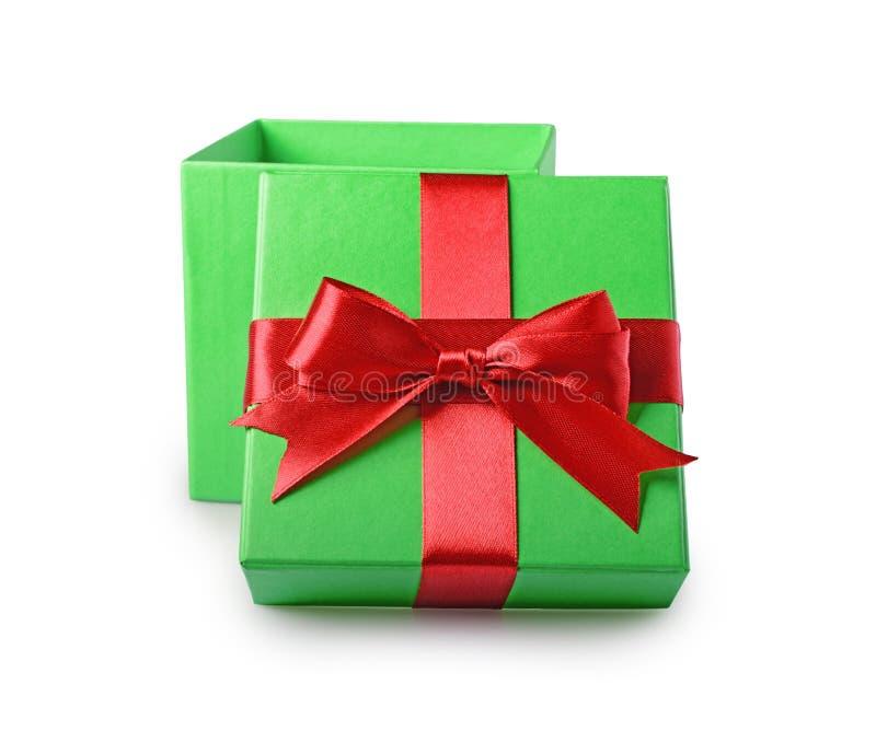 Ask för gåva för klassikergräsplan öppen med den röda satängpilbågen royaltyfri foto