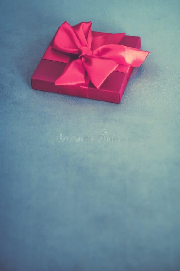Ask för gåva för lyxig ferie för tappning rosa med den siden- band- och pilbåge-, jul- eller valentindagdekoren royaltyfria bilder