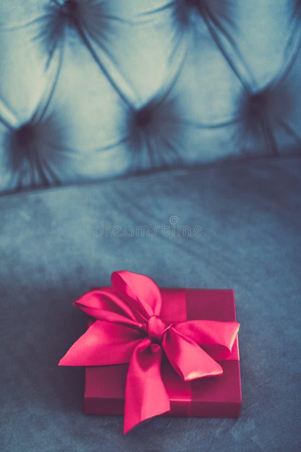 Ask för gåva för lyxig ferie för tappning rosa med den siden- band- och pilbåge-, jul- eller valentindagdekoren arkivbild