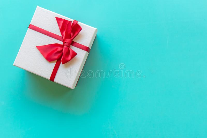 Ask för gåva för Valentine's dag vit med en röd pilbåge på full väggbakgrund för färg, kopieringsutrymme fotografering för bildbyråer
