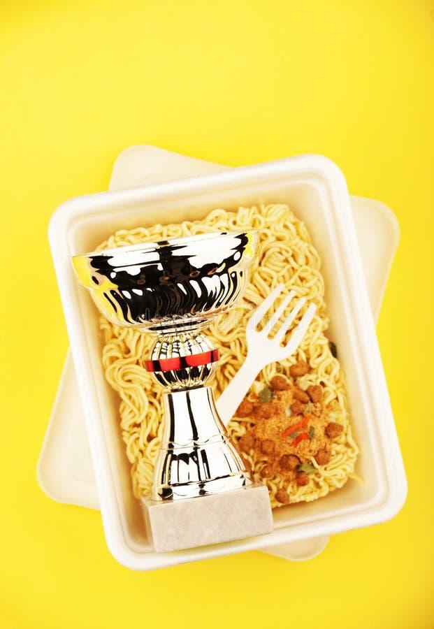 Ask för guld- kopp för spagettisnabbmat plast- royaltyfri bild