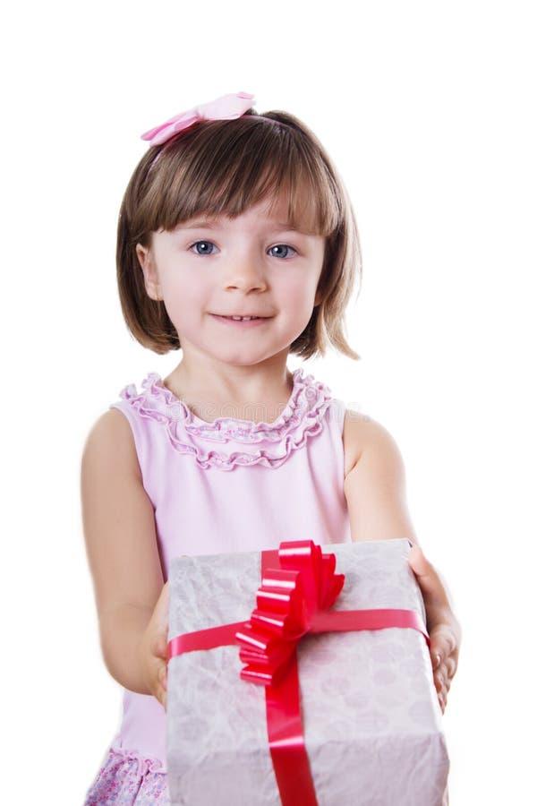 Ask för liten flickainnehavgåva royaltyfri bild