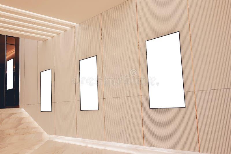 Ask för ljus för affisch för film fyra eller lightbox eller affischtavlor för skärmrambio med vitt tomt utrymme längs gångbanan i royaltyfria bilder