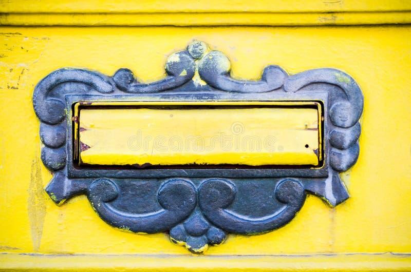 ask isolerat objekt för post 3d Dörrar av den gamla gula brevlådan royaltyfri foto