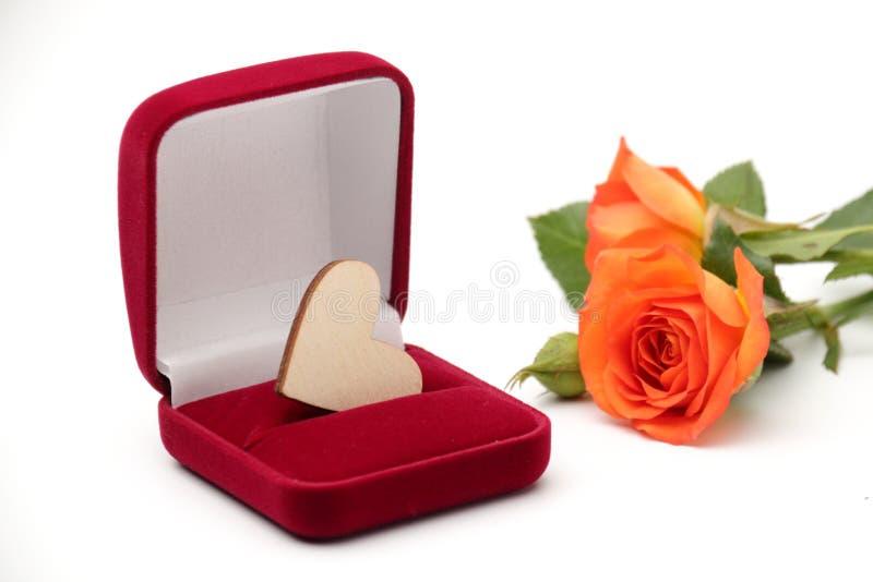 Ask med smyckengåvan royaltyfria bilder