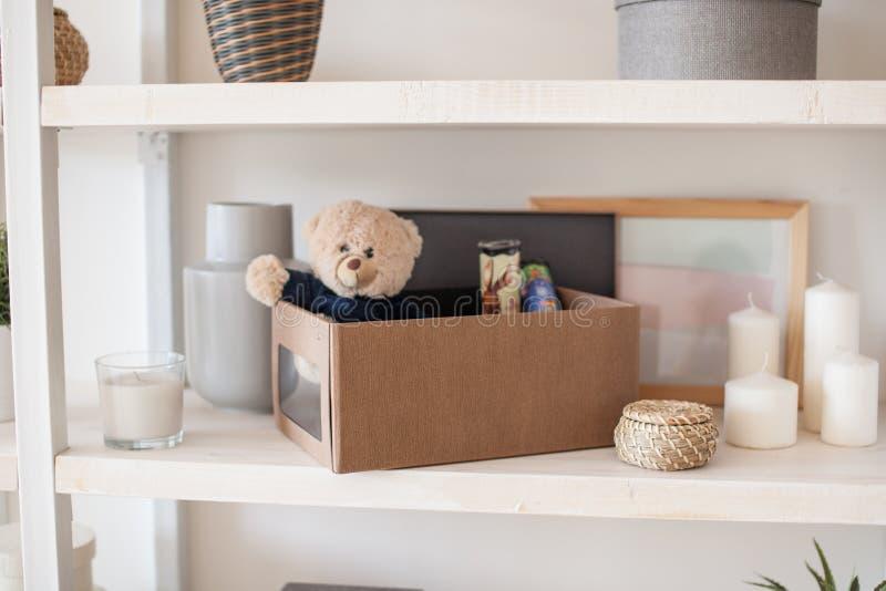 Ask med vikt saker i inre av lägenheten fotografering för bildbyråer