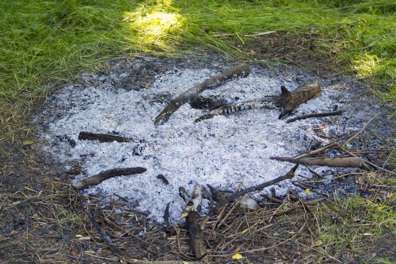 Aska av en släckt lägerbrand arkivbilder