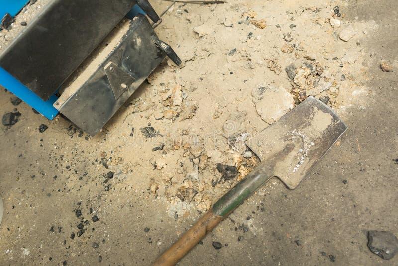 Aska som ligger nära centralvärmeugnen i källare arkivfoto