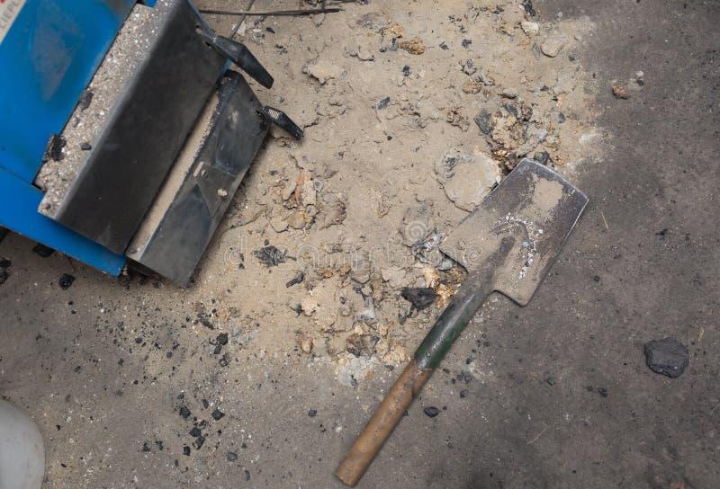 Aska som ligger nära centralvärmeugnen i källare royaltyfri foto