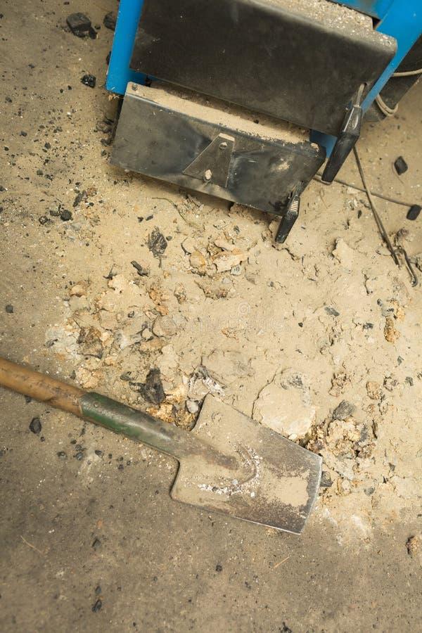 Aska som ligger nära centralvärmeugnen i källare royaltyfria foton
