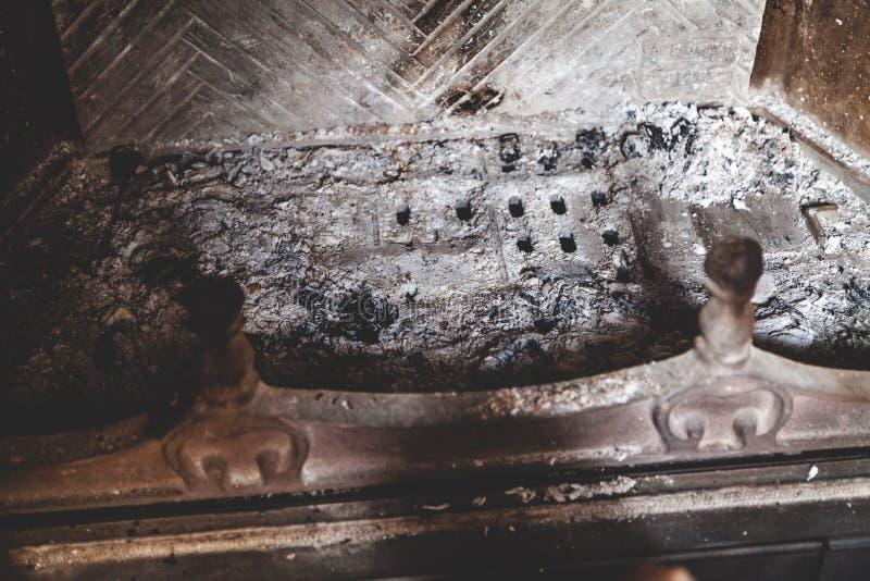 Askaen från brand är slocknad i pannacloseup arkivfoton