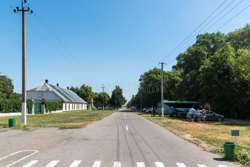 Askania-Nova, región de Kherson, Ucrania - 1 de julio de 2017: Calle entral del  de Ñ de la reserva nacional Askania-Nova, Ucran fotografía de archivo