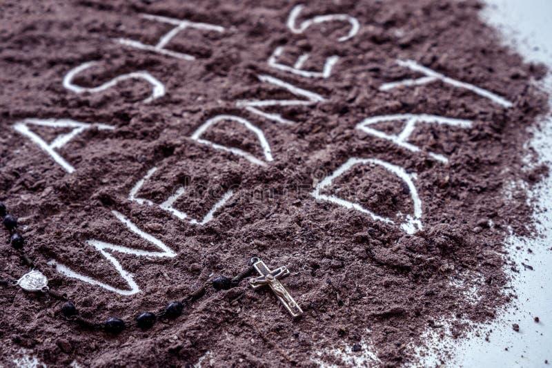 Askaonsdag ord som är skriftligt i argt symbol för aska och för kristen som ett religionbegrepp fotografering för bildbyråer