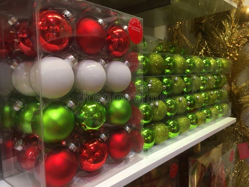 Askar av julgranstruntsaker som är klara för köp arkivbilder