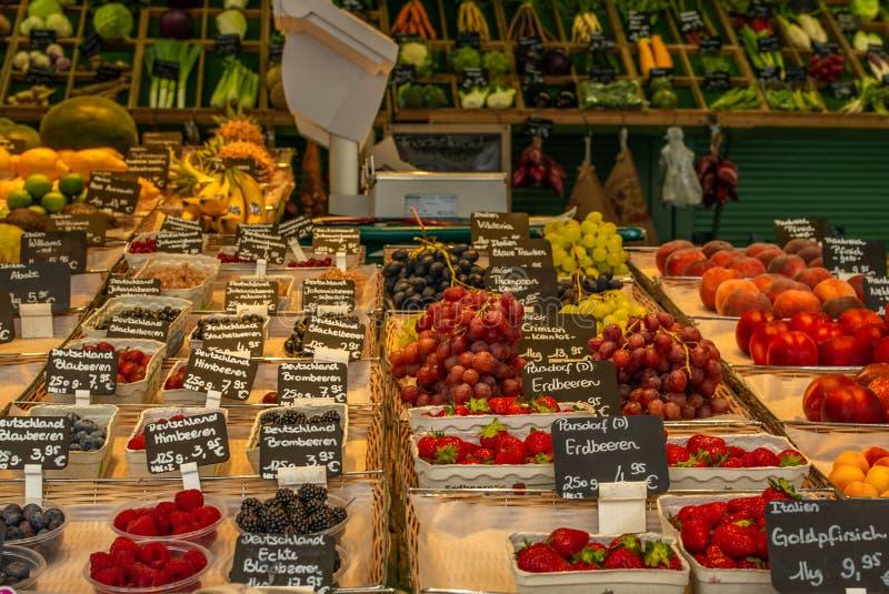 Askar av nya lokala bär och andra frukter på en bonde`-fläck royaltyfria bilder