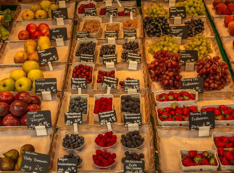 Askar av nya lokala bär och andra frukter på en bonde`-fläck arkivbild
