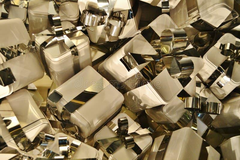 Askar för aluminiumsilvergåva som dekoreras med bandet som en garnering i ett boutiquefönster royaltyfria bilder