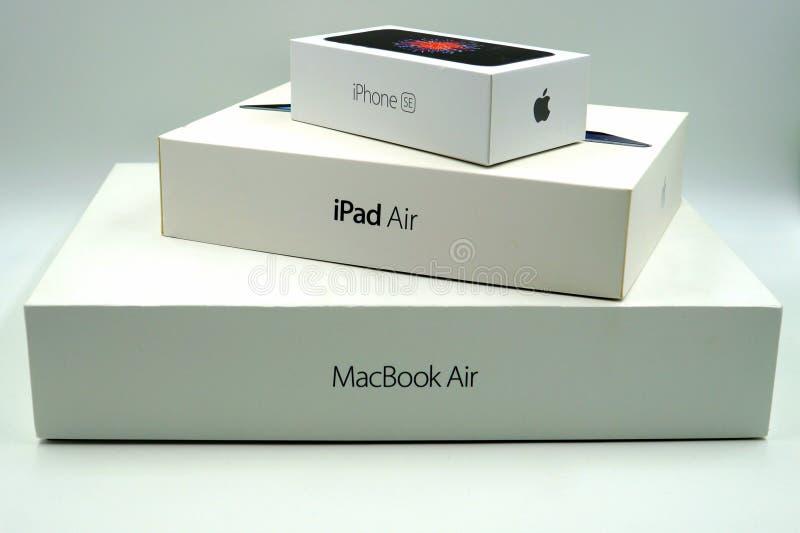 Askar för detaljhandel för Apple iPhoneSE, iPadluft- och MacBook Pro arkivbild